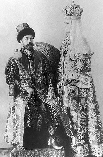 Николай второй с женой в костюмах