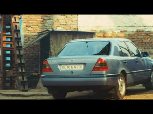 Логотип Мерседес, Mercedes-Benz в фильме Миллионер из трущоб